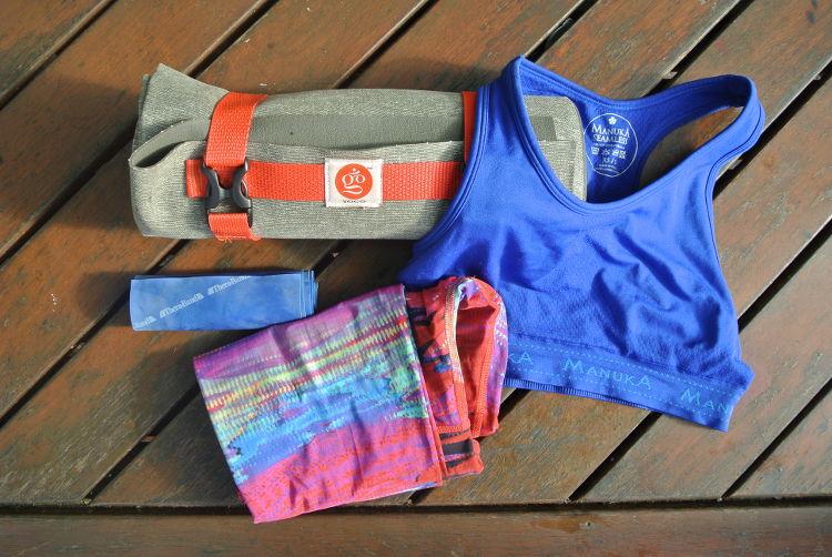 Packliste für deinen Surfurlaub : Yogamatte, Theraband, Yogaleggins