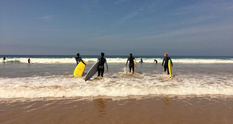 Fehler beim Surfen lernen: Direkt hintereinander ins Wasser gehen!